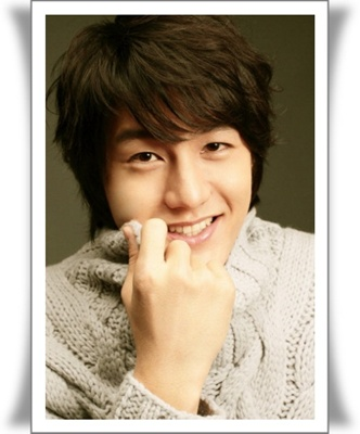 Lee Ki Woo adalah seorang artis dari Korea yang tidak hanya terkenal