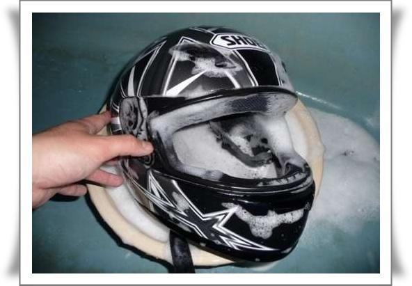cara membersihkan helm tahun ini